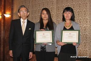 桜井医師(左)から奨学金と記念の盾が手渡された岡田さん(中央)と千葉さん