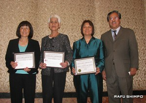 ヤマウチ医師(右端)から感謝状を受けた看護師。左からサチコ・ワードさん、スミ・ペリオスさん、ジョーン・タニダさん