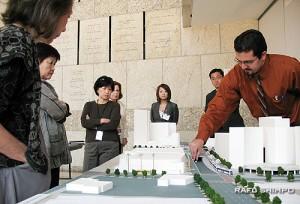 LTCCのミーティングで、縮小模型を使い、テンプル通り地上路線案について説明するメトロのレイ・ソーサ氏(右端)(写真=グエン・ムラナカ)