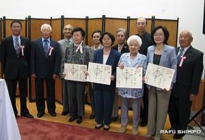 植野宗師範(左から2人目)から賞状を授与された昇格者。左端は新沢副会長。右端は後藤会長