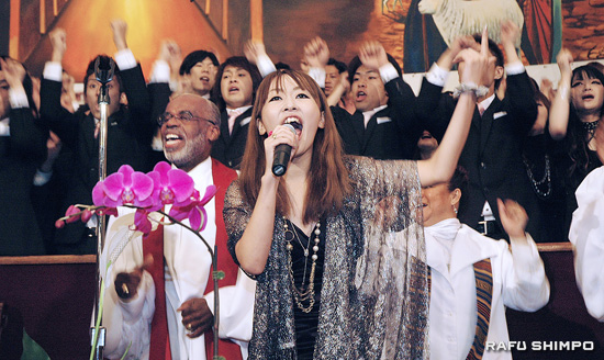 Misato Yuda takes a solo as the Tokyo Mass Choir gives a rousing performance for the congregation at the First A.M.E. Church in Los Angeles on Sunday. The group of music school students wowed the historic church with their infectious energy. (Photos by Mikey Hirano Culross/Rafu Shimpo)