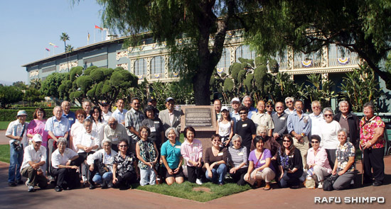 Former internees and others pose for a group photo  at the Santa Anita Assembly Center reunion held on Oct. 3 at the racetrack in Arcadia. The racetrack was used as an assembly center for Japanese Americans from March 27 to Oct. 27, 1942. (Photos by MARIO G. REYES/Rafu Shimpo)