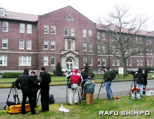 Reporters and photographers wait the arrival of Lt. Ehren Watada to the court-martial in front of the Army court building in Fort Lewis, Wash. in February 2007. (Photo by NAO GUNJI/Rafu Shimpo)