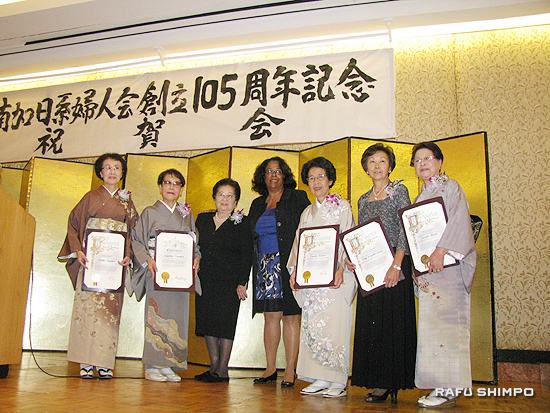 ジャン・ペリー市議から感謝状が授与された(右から)生田さん、猪瀬さん、金井さん、田中幸子さん、田中百合子さん(荒谷さん欠席)。左から3人目は坪井会長