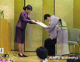 同会名誉会長の伊原総領事夫人から感謝状を授与される生田さん(右)