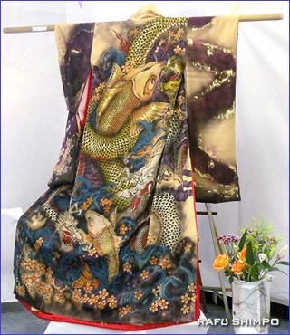 着物に鯉と龍を描いたタトゥーアーティストの作品