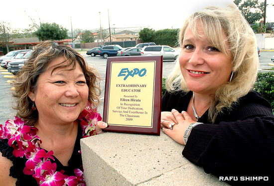 Third grade teacher Eileen Hirata, left, and parent Laurie Hernandez show off the plaque Hirata received Tuesday for being named an Expo Extraordinary Educator. Hernandez nominated Hirata for the honor. (MIKEY HIRANO CULROSS/Rafu Shimpo)