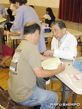 血液検査をする桜井医師