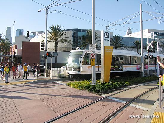 「小東京駅」を出発し、イーストロサンゼルス方向に向かうメトロ「ゴールドライン」=15日