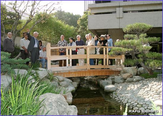 上杉さんの案内で園内ツアーに参加した人たち
