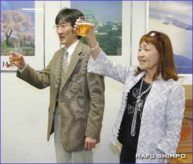移転を記念した式典で祝杯を挙げる蒲生支店長(左)と石田社長