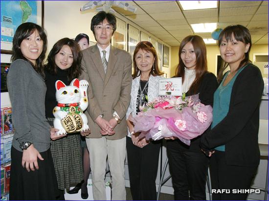 オレンジカウンティ支店のスタッフと石田社長(右から3人目)