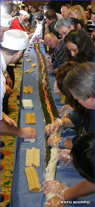 総勢20人の一般参加者による40フィートのカリフォルニアロールの制作