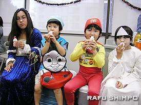 ヤクルトUSAから寄贈されたヤクルトを堪能する(左から)美佐子・ガスコンさん、アンデイ・加藤くん、エンゾー・加藤くん、尾崎理子ちゃん