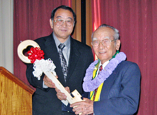 SFVJACC President Paul Jonokuchi presents Henry Yamamura a ceremonial key to the Center, during a luncheon Sept. 27.