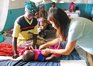 Dr. Kurokawa examines a baby with malaria in a field hospital in Liberia, during her 2006 assignment with Doctors Without Borders. (Field photos courtesy of Dr. Tomoko Kurokawa)