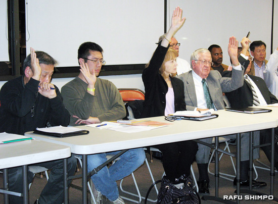 Members of the Little Tokyo Working Group vote to endorse a new alternative for the Regional Connector that was presented on Thursday by Metro at the Japanese American Cultural and Community Center. (GWEN MURANAKA/Rafu Shimpo)
