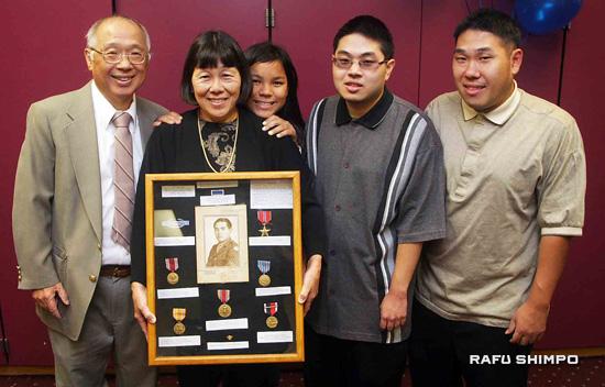 From left: John Sunada, Mary, Rachel Tagawa, David Sunada and James Sunada pose for a family photo after the presentation. (Photos by MARIO G. REYES/Rafu Shimpo)