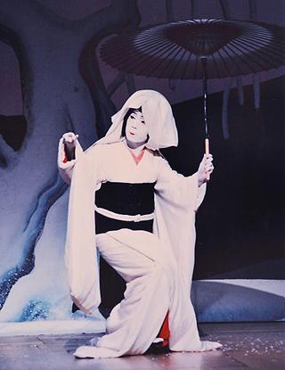 女形の中村京蔵さん演じる鷺娘。鷺の精は町娘に変身し恋するが、また元の鷺へと戻り苦しみに身悶える(C)松竹株式会社