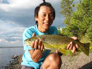 イエローストーン国立公園の湖で釣り上げた全長約50センチのトラウト。3枚に下ろし、刺身にして食べた。