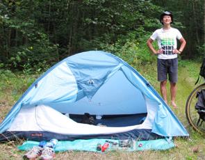 毎晩テントを張って野宿する