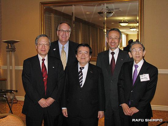 HICARE放射線セミナーを開催した関係者。(前列左から時計回りに)放射線影響研究所の児玉主席研究員、リトル・カンパニー・オブ・メアリー病院のハン院長、広島県医師会の松村常任理事、JCHIの桜井医師、広島県医師会の碓井会長