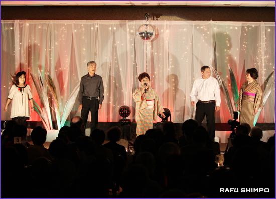 作曲家の故遠藤実を追悼するメドレー。左から福地ティナさん、背古ゲリーさん、井上みどりさん、村田真二さん、前本紀子さん