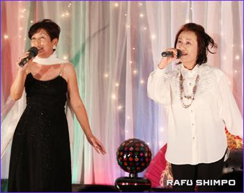 「翼をください」をディエットする村田美代子さん(左)と朝倉志満子さん
