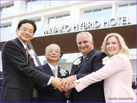 開業を祝う(左から)米田社長、山口会長、フランク・スコット・トーレンス市長、シェリー・デービス同ホテル総支配人
