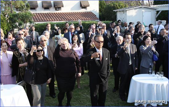 トム・ラボンジ・ロサンゼルス市議会議長の音頭で乾杯する参加者ら
