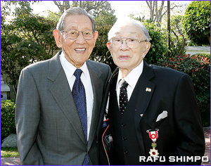 原田氏は敬愛する「センパイ」のアラタニ氏(右)から祝福を受けた