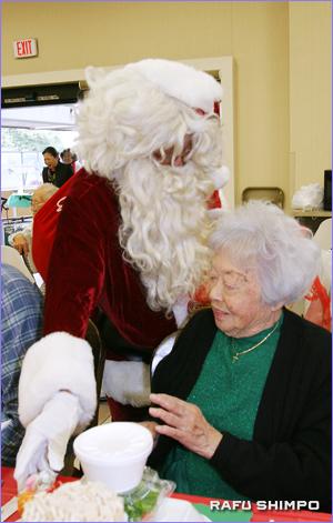 サンタクロースからプレゼントを贈られる居住者