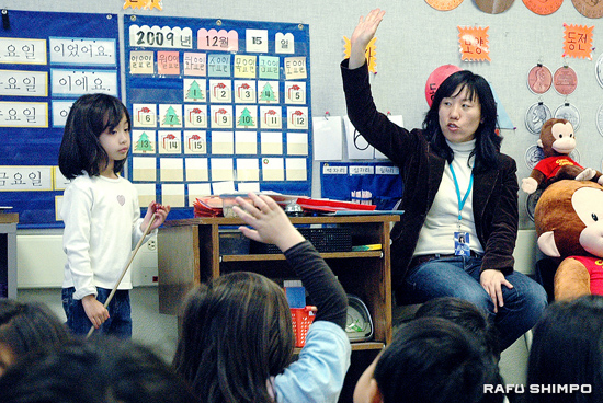 Kindergarten teacher Darae Kim leads a counting excercise, during Tuesday's class at Mark Keppel Elementary in Glendale. The district will add Japanese to its language immersion programs next fall. (Photos by MICHAEL HIRANO CULROSS/Rafu Shimpo)