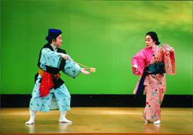 息の合ったコンビ舞踊を披露する谷田嘉子さん(左)と、金城美枝子さん
