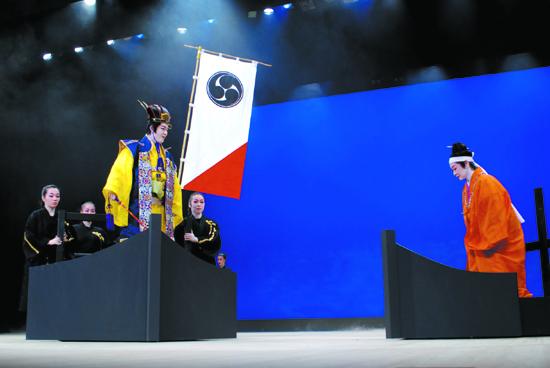 尚徳王による喜界島征伐のシーン。尚徳王演じる小渡和道さん(左)と、クニカサ演じる金城美枝子さん