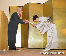 同会顧問の三宅明己氏から「誠心大賞」受賞の賞状を授与される生田博子会長(右)