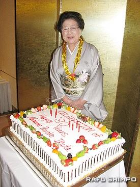 生徒たちによりサプライズで用意された生田博子会長の80歳の誕生日ケーキ