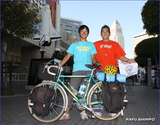 旅をともにする「相棒」の愛車とLA滞在中に世話になった浜田幸茂さん(右)と磯田さん。浜田さんが経営するボイルハイツの和食レストラン「お富さん」で久しぶりの日本食を食べ、浜田さん宅に身を寄せて英気を養った