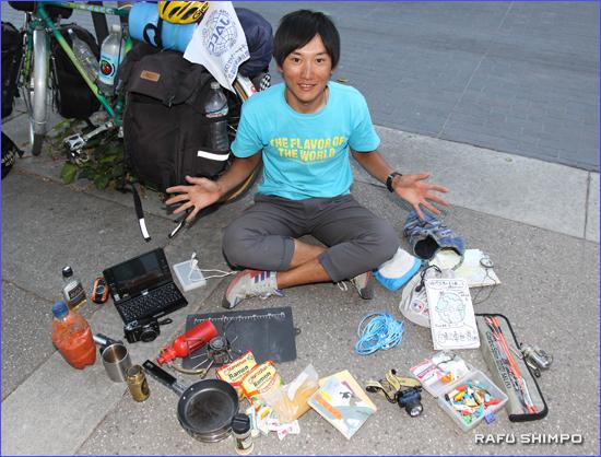 さまざまな持ち物を広げる磯田さん
