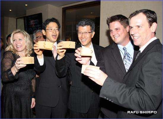 祝杯を挙げる関係者ら。右から3人目が長谷川社長、左隣りが同ホテルの米田昭正・アメリカ近鉄興業社長