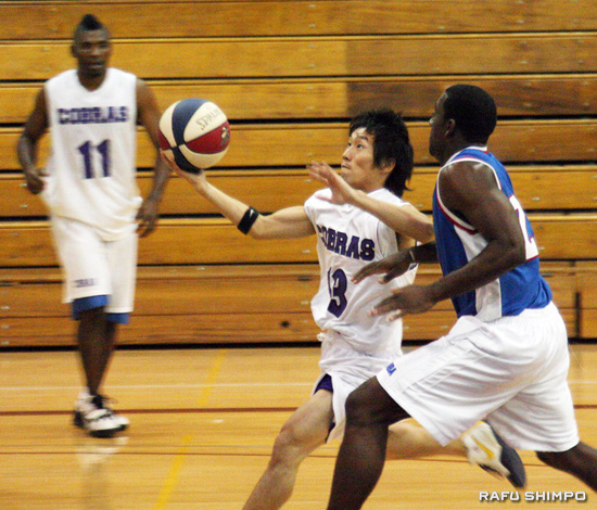 Omura shows flashes of brilliance during his sporadic playing time with the Compton Cobras. Kid is lightning quick. (Photos by JORDAN IKEDA/Rafu Shimpo)
