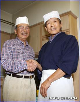 そばを打ち引退生活を楽しく過ごす塩川さん(左)と佐藤さん