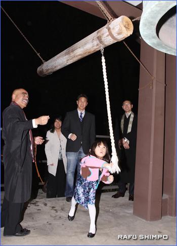 西本願寺別院で元気よく除夜の鐘を突く少女