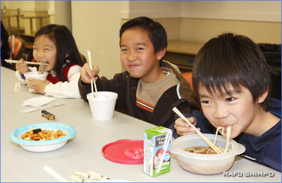 大晦日の西本願寺で年越しそばを食べる子どもたち