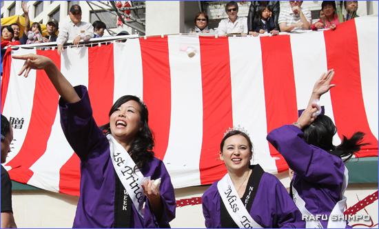 二世週祭の女王とコートらによる餅まき