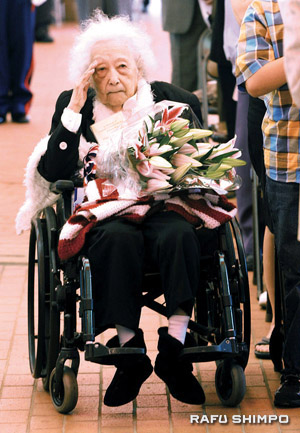 Mary Jane Mayemura salutes at last year's Memorial Day ceremony at the Japanese American War Memorial Court at JACCC Plaza. (MARIO G. REYES/Rafu Shimpo)