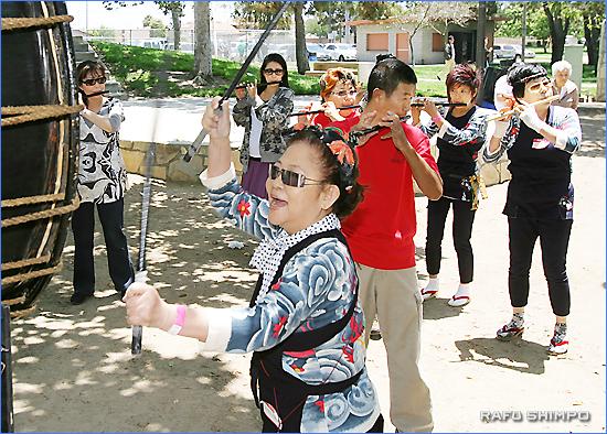 息の合った囃子の演奏。奈良会長(手前)は大きな太鼓を打った
