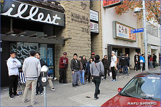 開店を待ちわびるおよそ250人の長蛇の列。最前列グループは前日午後6時半から並んでいた