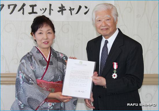 栃木県の福田富一知事からのお祝いのメーッセージを知事に代わり佐藤会長(左)が加藤譲孜さんに手渡した