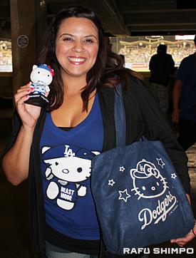 昨年ドジャー球場で配られたバッグと友人からプレゼントされたというキティーのシャツ、そしてこの日入手したボブルヘッドを手に試合を観戦したファン